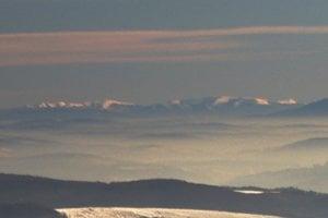 Sprava doľava: masív Polonina Runa, Ljutianska Holica, Pikuj a Velykyj Verch, vzdialené vzdušnou čiarou 140 km.