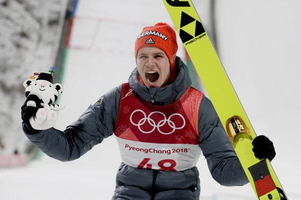 Andreas Wellinger sa raduje zo zisku zlatej olympijskej medaily.