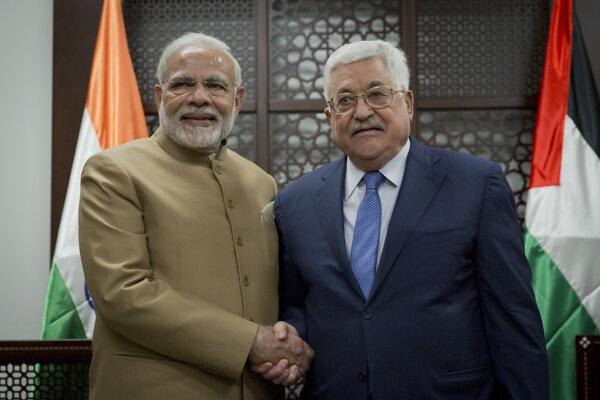 Indický premiér Naréndra Módí (vľavo) s palestínskym prezidentom Mahmúdom Abbásom.