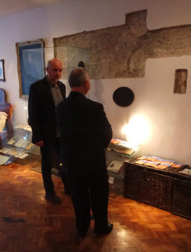 Riaditeľ múzea ukazuje starostovi Terchovej odkrytú časť interiéru miestnosti stoličného súdu. Odkryl ju v roku 1971 Mikuláš Štalmach ako pôvodnú časť stavby. Už vtedy odporučil, aby sa miestnosť využívala ako expozícia spojená s Jánošíkom.