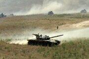 Tanky manévrujú na teréne počas posledného dňa arménskych vojenských  manévrov v Karabachu, asi 500 km východne od Jerevanu, v samozvanej republike Náhorný Karabach.