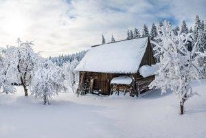 Dom v zasneženej krajine.