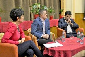 So štátnym tajomníkom diskutovali aj primátor Fiľakova Attila Agócs (vpravo) ariaditeľka Mestského kultúrneho strediska vo Fiľakove Andrea Illés Kósik.