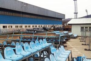 V areáli sú uskladnené konštrukcie pre nové tribúny. Staré sedačky zrejme budú ponúknuté záujemcom.