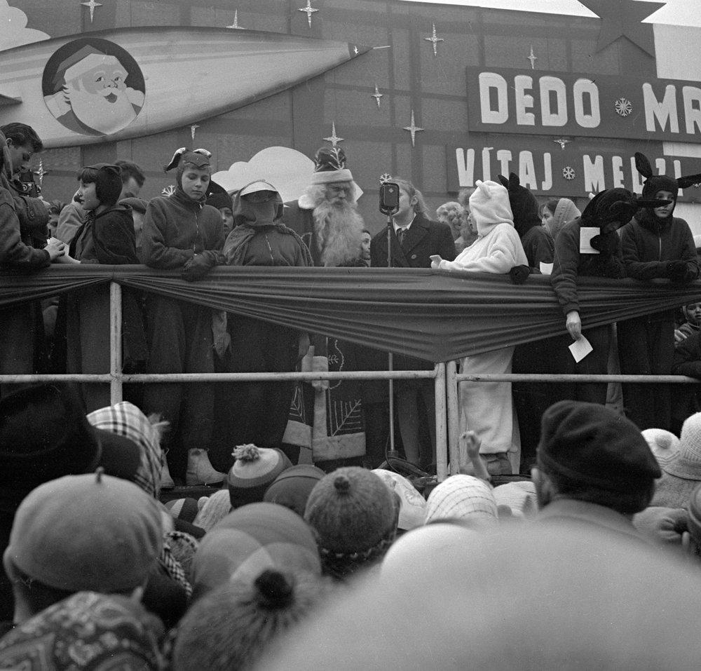 Deti vítajú Deda Mráza s jeho tradičným sprievodom na Leninovom námestí v Žiline 20. decembra 1959.