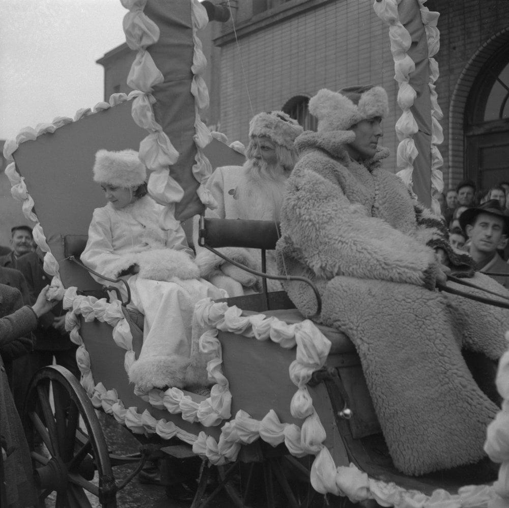 Dedo Mráz a jeho sprievod prechádza na koči ulicami Bratislavy 31. decembra 1952.