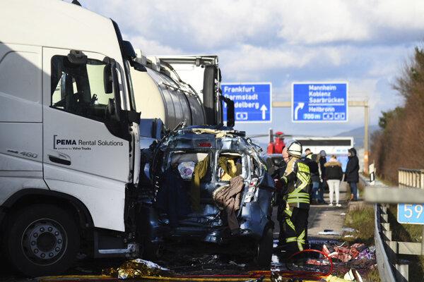 Záhranné zložky zasahujú po nehode na diaľnici A5 pri Walldorfe.