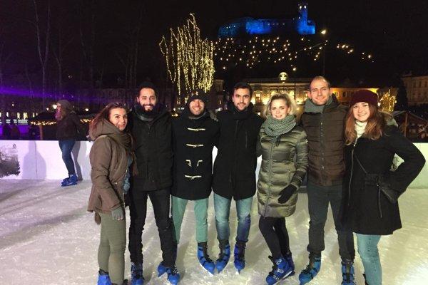 Monika Kopšíková (prvá zprava) spolu s novými priateľmi, ktorých počas pobytu spoznala.