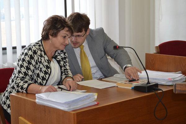 Na pojednávaní. Lopatová so svojím právnym zástupcom Martinom Miklušom.