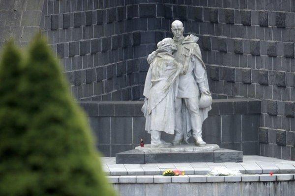 Súsošie Žalujem je na duklianskom pamätníku od roku 1964. Komunisti ním nahradili pôvodnú sochu