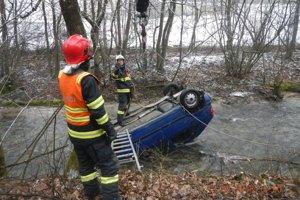 Auto museli z potoka vyslobodiť hasiči so špeciálnou technikou.