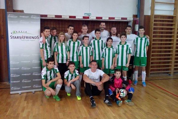 Domáci výber Melčíc-Lieskového/Ivanoviec spoločne s ligovými futbalistami.
