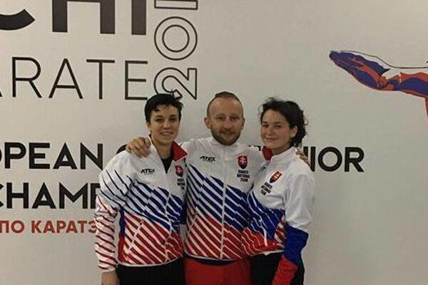 Tréner Ján Novosad so svojimi reprezentačnými zverenkyňami Hanou Kuklovou (vľavo) a Sarah Hrnkovou.