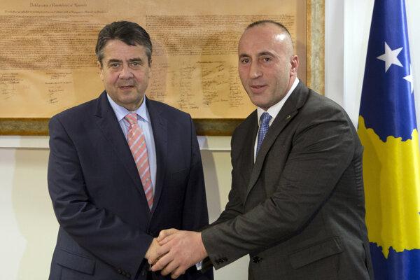 Šéf nemeckej diplomacie Sigmar Gabriel s kosovským premiérom Ramushom Haradinajom.