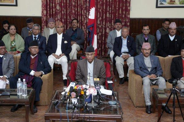 Nepálsky premiér Šér Bahádur Deuba oznamuje demisiu.