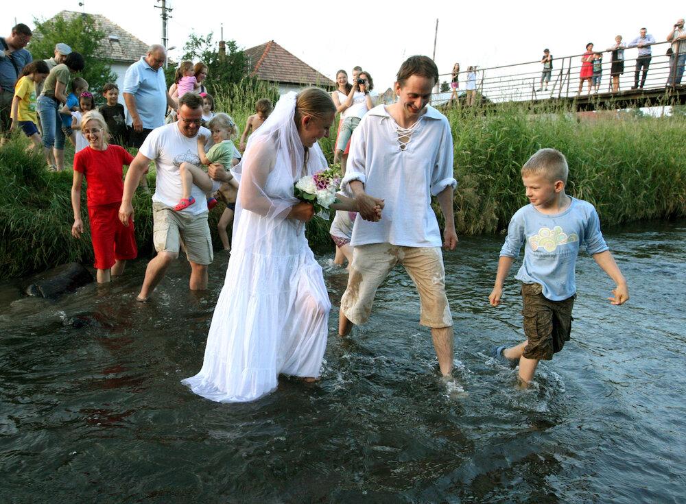 """Skok do rieky Slatina ako slovenská časť kampane Za živé rieky. Cieľom je upozorniť na potrebu ochrany vôd v Európe. BIG JUMP je celoeurópska kampaň, počas ktorej ľudia v rôznych krajinách Európy skáču do """"svojich"""" riek alebo v nich plávajú, aby symbolicky ukázali politikom a úradníkom, že chcú mať rieky čisté a živé. (14. 6. 2015, Zvolen, Slatinka)"""