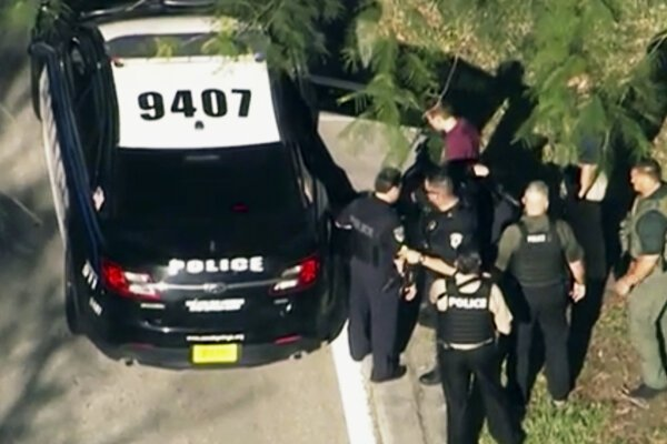 Členovia zásahovej jednotky pri zatýkaní podozrivého strelca na Floride.