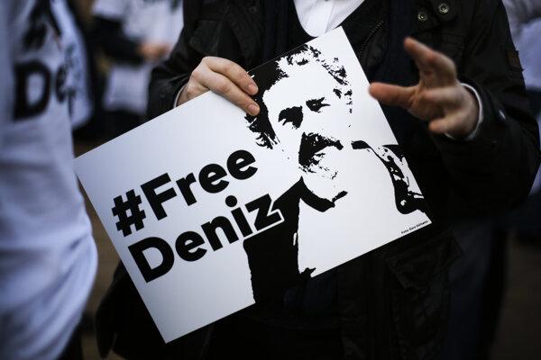 Demonštranti žiadajú prepustenie nemeckého novinára.