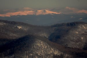 Nad vihorlatským Nežabcom a Vežou najvyšší vrch poľských Bieszczad – Tarnica a vedľa nej dominantný kužeľ Halič.