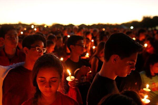 Študenti sa zúčastňujú na pietnej spomienke na obete streľby na Marjory Stoneman Douglas High School v Parklande.