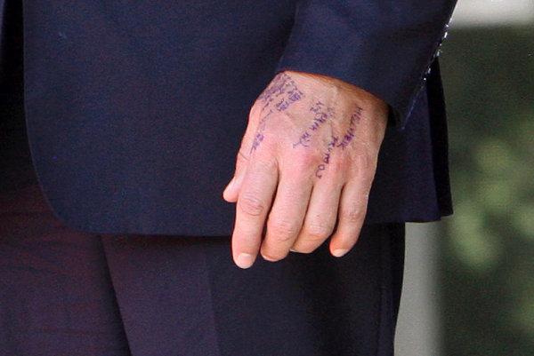 Takto netradične si urobil poznámky na ruku počas osláv SNP v Banskej Bystrici premiér Robert Fico.