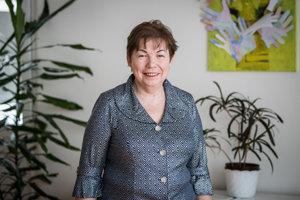 Mária Čunderlíková je riaditeľkou Centra Memory, ktoré poskytuje služby ľuďom s poruchami pamäti a Alzheimerovou chorobou. Je tiež liečebnou pedagogičkou s dlhoročnými skúsenosťami v práci s ľuďmi s demenciou a trénerkou pamäti. Okrem toho je garantkou vzdelávacích programov pre pracovníkov v sociálnych službách a v zdravotníctve s problematikou demencií. Je podpredsedníčkou Slovenskej Alzheimerovej spoločnosti a autorkou edukačných materiálov pre opatrovateľov.