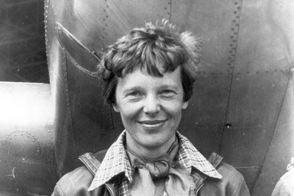 Amelia Earhartová(1897 –1937?), americká pilotka, ktorá ako prvá žena v roku 1928 preletela Atlantický oceán. Pri pokuse uskutočniť let okolo sveta v roku 1937 záhadne zmizla počas letu nad Tichým oceánom.