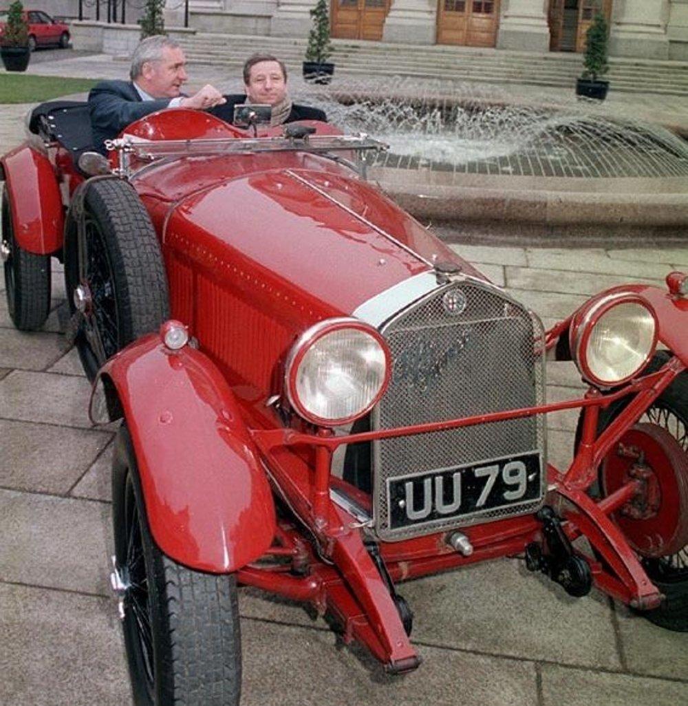 Alfa Romeo 6C 1750 z roku 1929, jedno z áut, ktoré využíval tím Scuderia Ferrari. Na snímke vpravo niekdajší riaditeľ automobilky Ferrari Jean Todt.