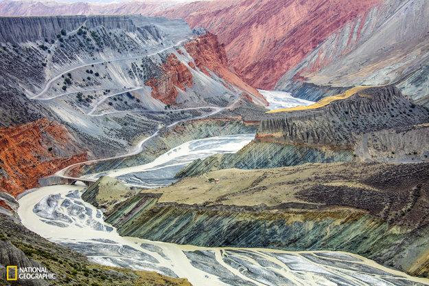 Vďaka bohatému množstvu sedimentov a mocnej erózii má najväčšie pohorie v Strednej Ázii - Ťanšan veľa ohromujúcich plošín a farebných kaňonov, ktoré tvoria prírodnú surrealistickú maľbu.