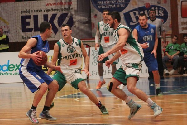 Pri lopte bývalý hráč Prievidze Hovaňák.