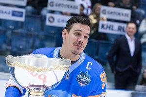 Víťaznú trofej pre výber Tipsport ligy prebral kapitán Branko Radivojevič.