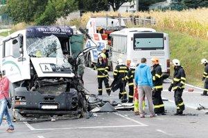 Fotka zachytáva tragickú nehodu, ktorá sa stala na zjazde z R1 Pribina na Cabajskú v septembri 2015. Polícia aj samospráva navrhujú, aby tu bol kruhový objazd.