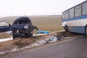 BREZOVICA, február 2007. V ostrej zákrute pred dedinou sa skoro ráno zrazil linkový autobus s dodávkou. Štyridsaťjedenročný vodič dodávky zrážku neprežil.