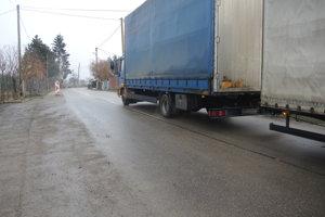Cesta cez Nozdrkovce je veľmi vyťažená. Miestni obyvatelia sa sťažujú na prašnosť, hlučnosť aj nebezpečenstvo.