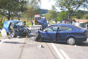 VYŠNÝ KUBÍN, 2006. Dolnokubínčan predbiehal až tri kamióny, vodič protiidúceho Forda z Martina čelnú zrážku neprežil.