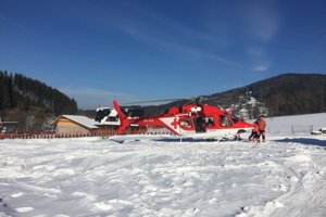 Záchranársky vrtuľník previezol muža do nemocnice v Martine.