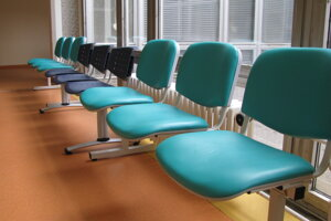 Nové lavice na onkológii.
