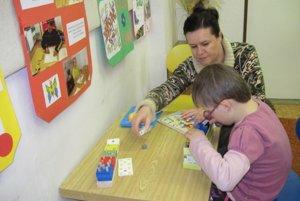 Špeciálna pedagogička sa venuje deťom s poruchami učenia.
