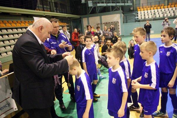 Z prvenstva sa tešili prípravkári TJ Slovan Čeľadice. Dekoroval ich predseda ObFZ Nitra Štefan Korman.