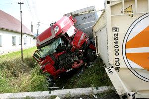 Riziková cesta medzi Zvolenom a Dudincami. V júli 2016 sa na nej uprostred Dobrej Nivy zrazili dva kamióny, jeden z vodičov ešte v ten deň zraneniam v nemocnici podľahol.
