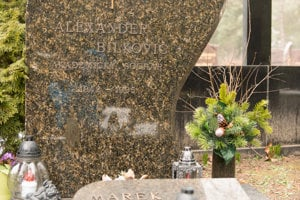 Hrob sochára a autora typizovaných náhrobných kameňov pre cintorín Vrakuňa  Alexandra Bilkoviča.