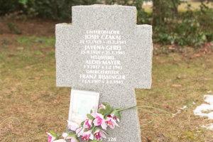 Vojaci v niektorých hroboch boli identifikovaní.