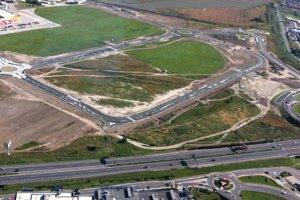 Širší pohľad na dopravnú infraštruktúru pri nákupnom centre Pharos. Nedostavaný nadjazd ponad Vrakunskú cestu je vpravo hore.