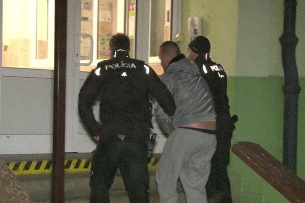 Jaroslav (v strede) nahlásil bombu v hoteli Javorina.
