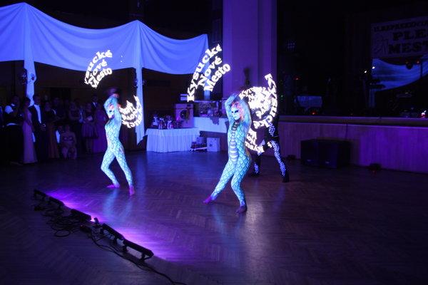 Akrobaticko-tanečná skupina Vertigo zBratislavy svetelným predstavením vystupňovala slávnostnú atmosféru.