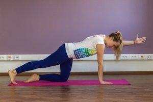 pupok ku chrbtici, spevnite svaly a pomaly zdvihnite nohu hore na úroveň ruky. Noha, chrbát a ruka sú v jednej rovine. Ostaňte v tejto polohe na 3 – 4 nádychy a výdychy a vráťte sa do východiskovej polohy