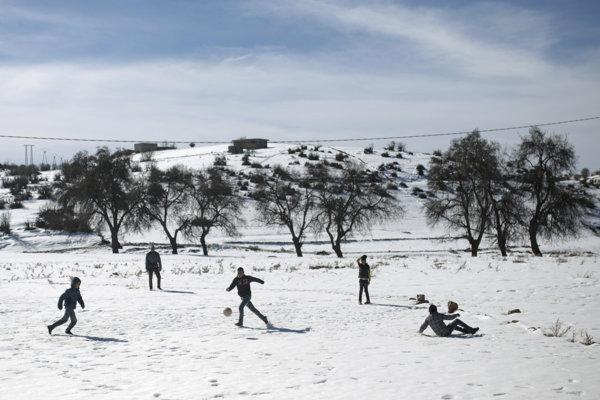 Maročania hrajú na snehu futbal.
