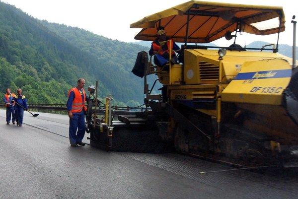 Oprava V okrese sa opravy dočká na budúci rok len cesta medzi Nitrianskym Pravnom a Chvojnicou.