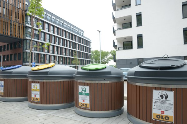 Polopodzemné kontajnery šetria priestor. Prvé v meste vznikli v roku  2017 na Zuckermandli na Žižkovej ulici.