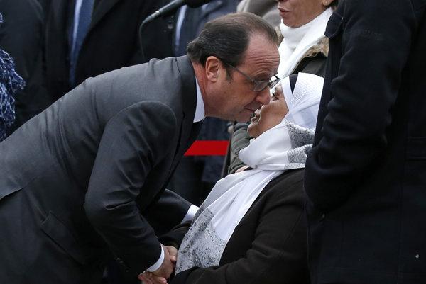 Francúzsky prezident Francois Hollande s matkou Ahmeda Merabeta, policajta, ktorý zahynul počas januárových útokov.